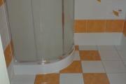 Jednoduchá kúpelňa so sprchovým kútom